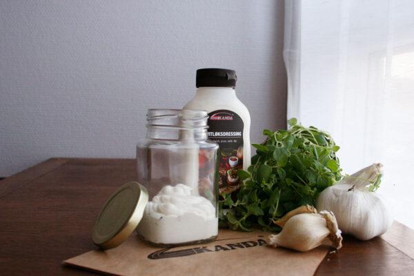 Miljøbilde hvitløksdressing i glasskrukke