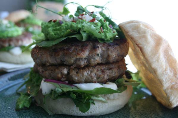 Lammeburger med erter og fetaost nærbilde