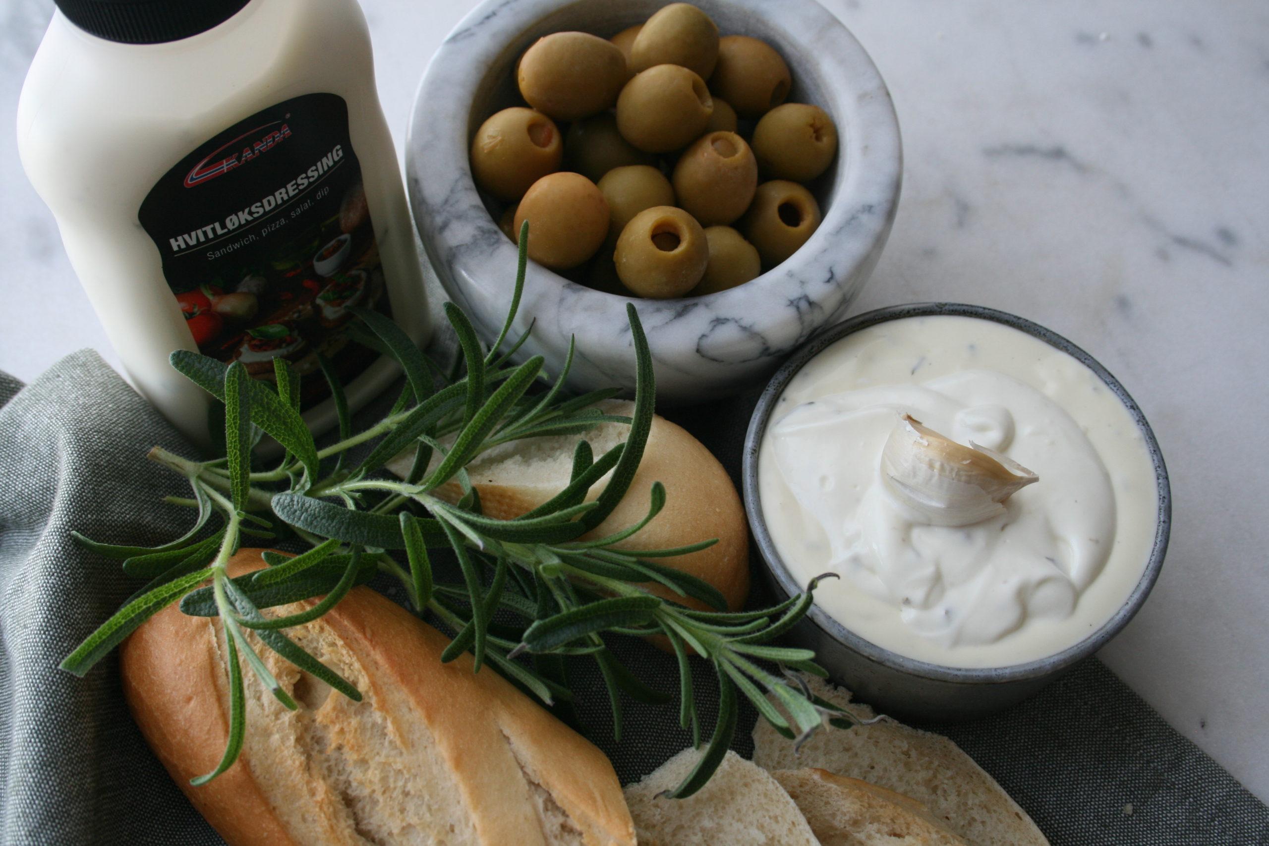 Hvitløksdressing og baguette med oliven
